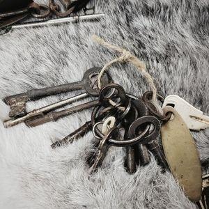 Large lot of vintage and antique keys!
